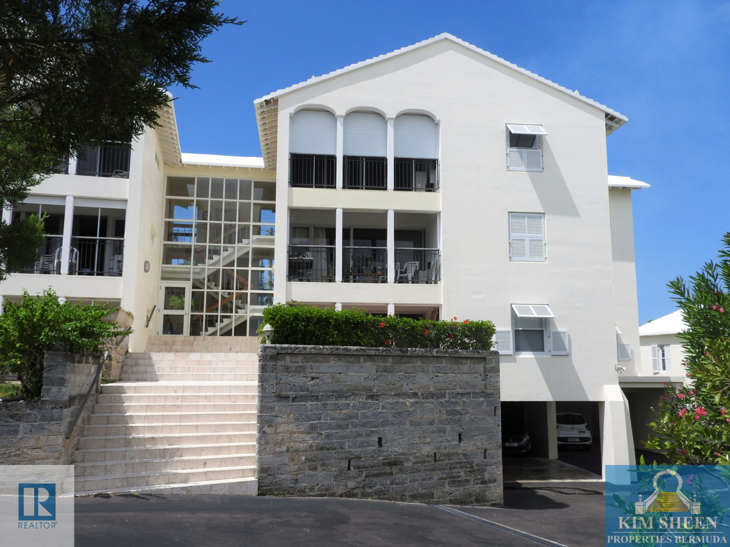 EXQUISITE SPACIOUS PENTHOUSE ONLY 5 MIN TO TOWN!