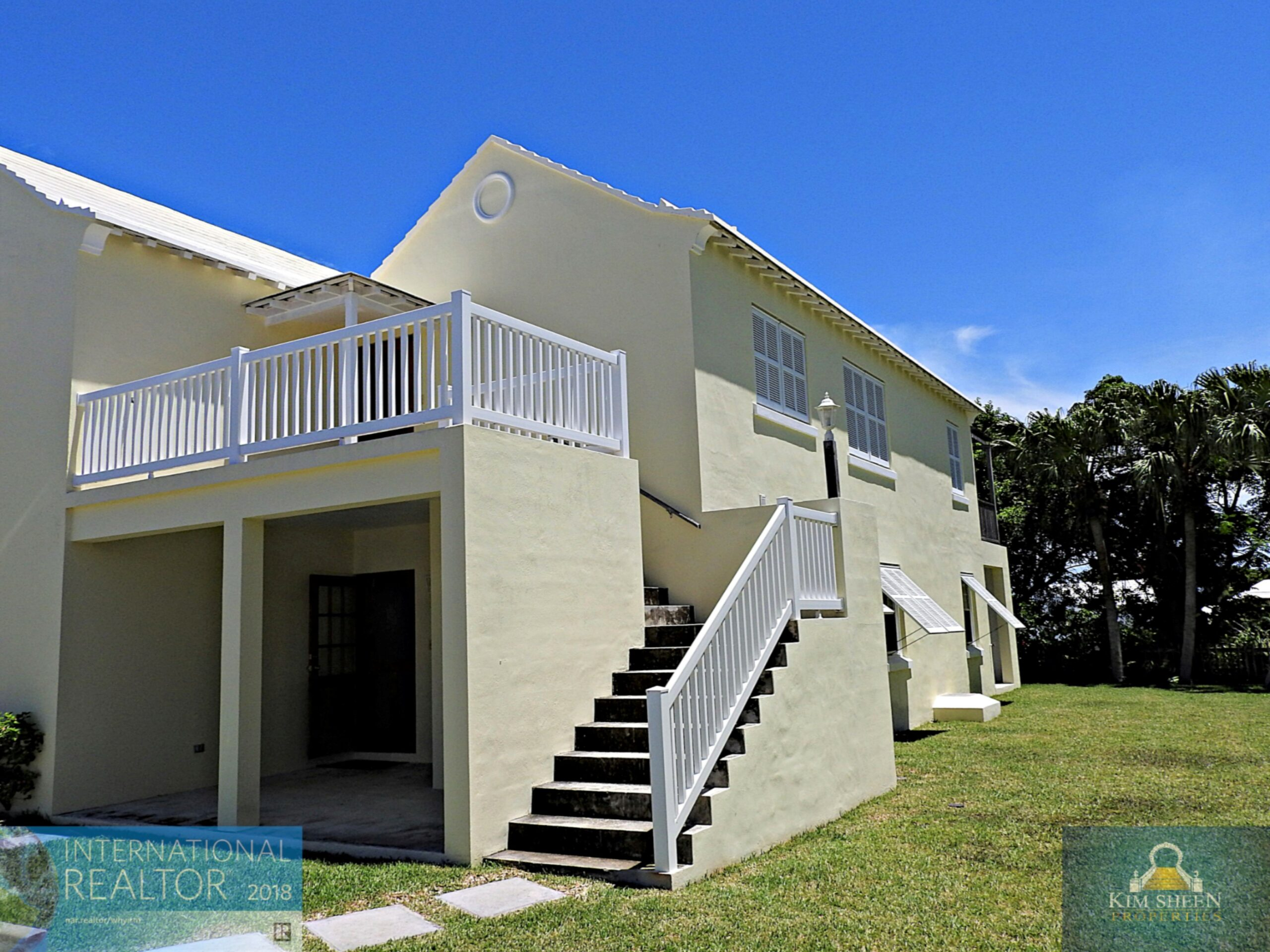 EXCEPTIONAL UPPER 2 BED 2 BATH & SO CLOSE TO TOWN!